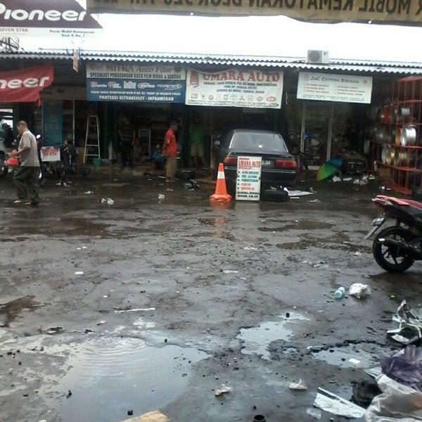 Photo taken at Pasar Mobil Kemayoran by Agus T. on 1/10/2014