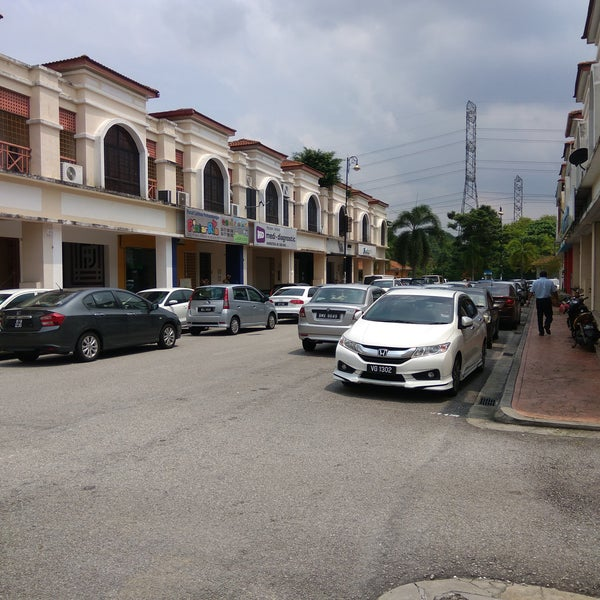 Driving here during weekdays lunch hour are a terrible idea! Unless you're ready to soldier on like driving through a low cost flat / PPRT style area. They're double/triple parking everywhere!