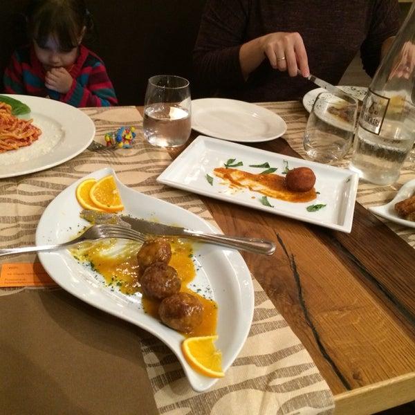 Рейтинг на Foursquare завышен. Размер порций никак не назовёшь «огромным» (как сказано в одном из отзывов). Да и обслуживание… Пытались нас посадить (в пустом ресторане) за столик для двоих втроём.