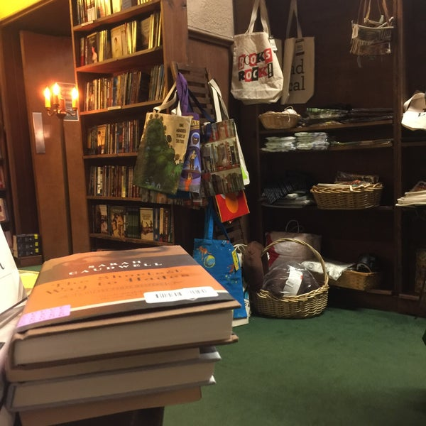 รูปภาพถ่ายที่ Tattered Cover Bookstore โดย Brian S. เมื่อ 12/21/2016