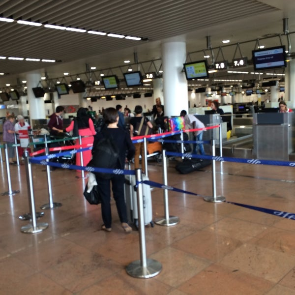 Check-in Row 07