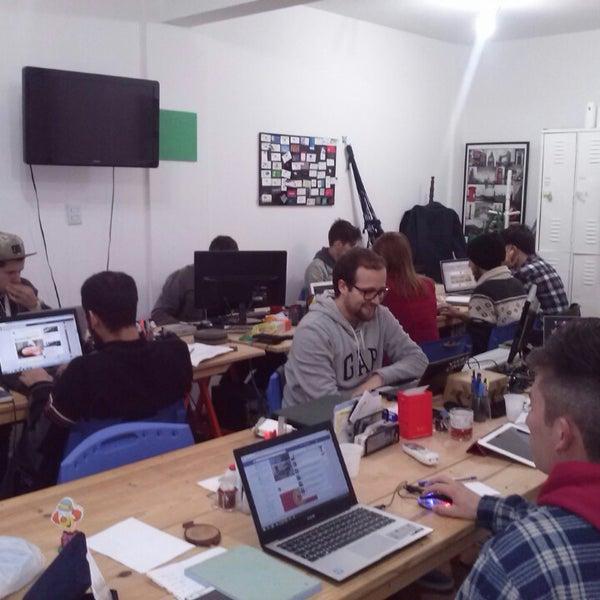 Foto tirada no(a) Fábrica de Ideias Coworking - Escritório Compartilhado por Aida Rosane R. em 11/13/2014
