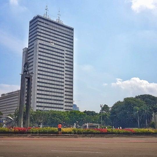 Photo taken at Bundaran Hotel Indonesia (Monumen Selamat Datang) by Wongso W. on 3/5/2017