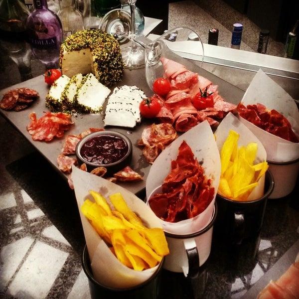 Foto tirada no(a) HUB-Food Art & Lounge por Ivonne B. em 11/29/2014