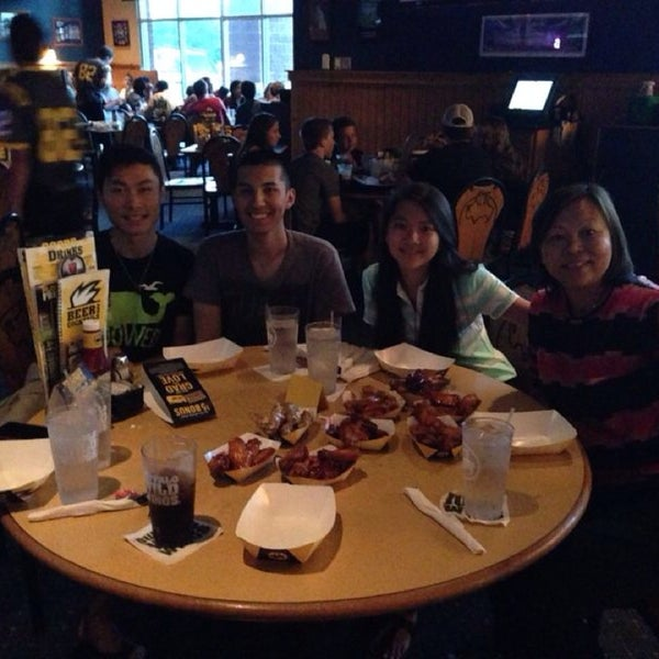 Photo taken at Buffalo Wild Wings by Steffie P. on 6/4/2014