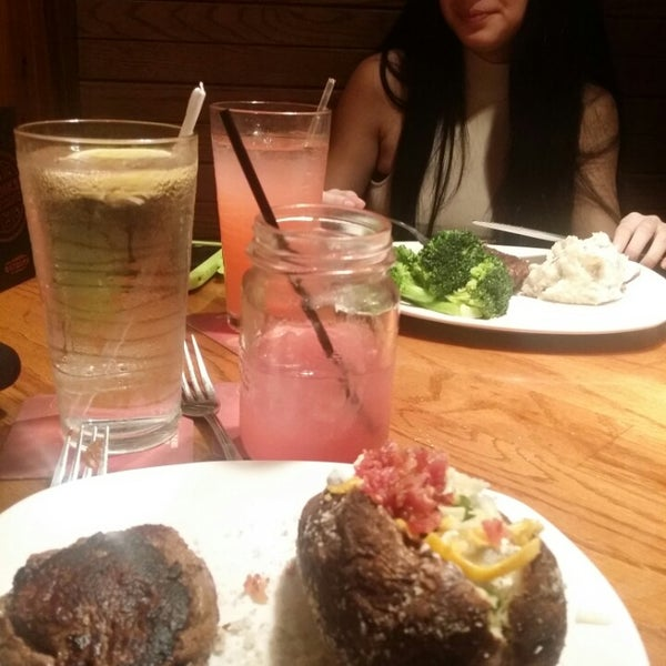 Photo taken at Outback Steakhouse by Claudia r. on 2/14/2016