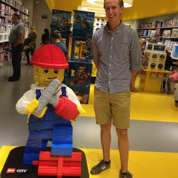 Photo taken at LEGO Store by Carolien L. on 7/29/2015
