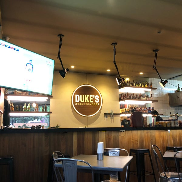 Foto tomada en Duke's Burgers & Beer por Manuel E. el 2/25/2018