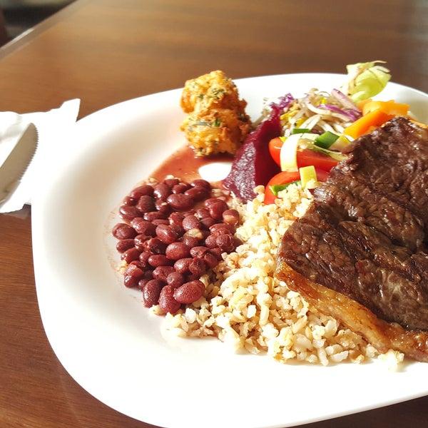 Uma das especialidades do Catarina631 é o preparo da carne grelhada na hora. Mais sabor e qualidade no seu almoço.No Self service você ainda possui diversas opções no menu.