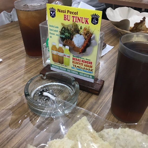 Photo taken at Nasi Pecel Bu Tinuk by Lia R. on 5/27/2017