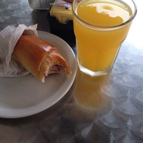 El Cachito y el jugo de parchita (maracuya) son excelentes! El propio sabor venezolano!  Aunque La atención al público pudiera ser mejor.
