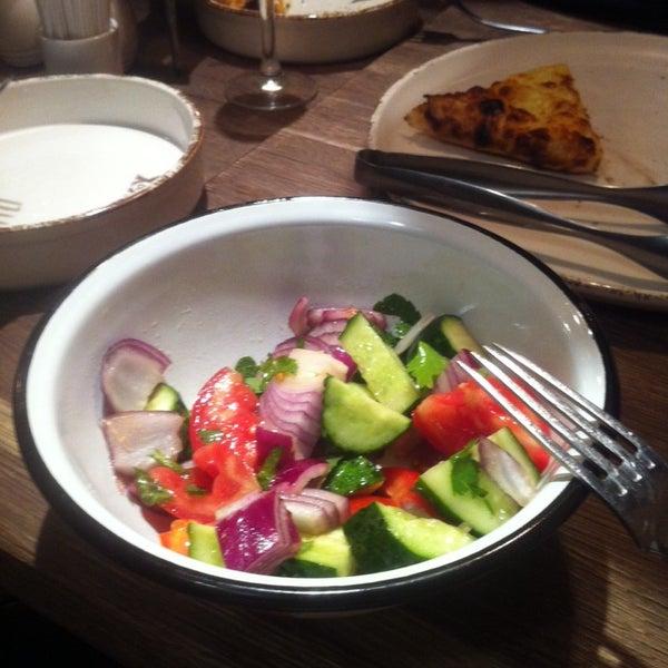 Жахливий овочевий салат, не думала, що так можна зіпсувати свіжі овочі. Його забули внести в замовлення взагалі. І шампанське не поновлюють. Too bad so sad.