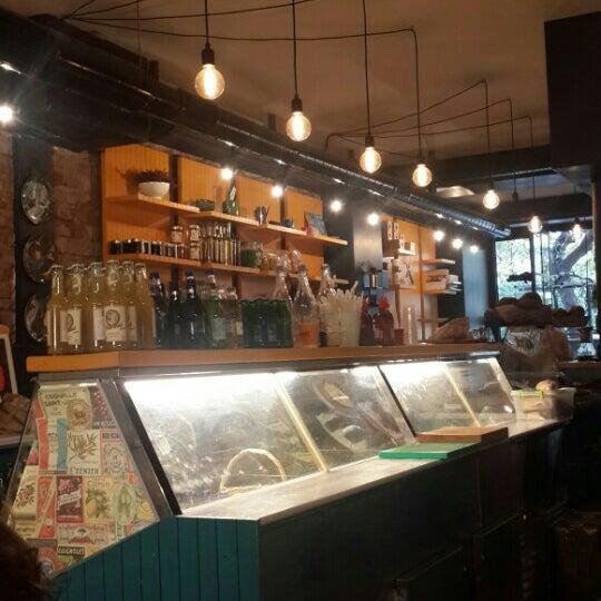 12/6/2015 tarihinde Hayal Melek E.ziyaretçi tarafından Manuel Deli & Coffee'de çekilen fotoğraf