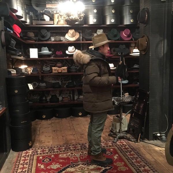 Снимок сделан в Goorin Bros. Hat Shop - West Village пользователем Hanna P. 1/22/2016