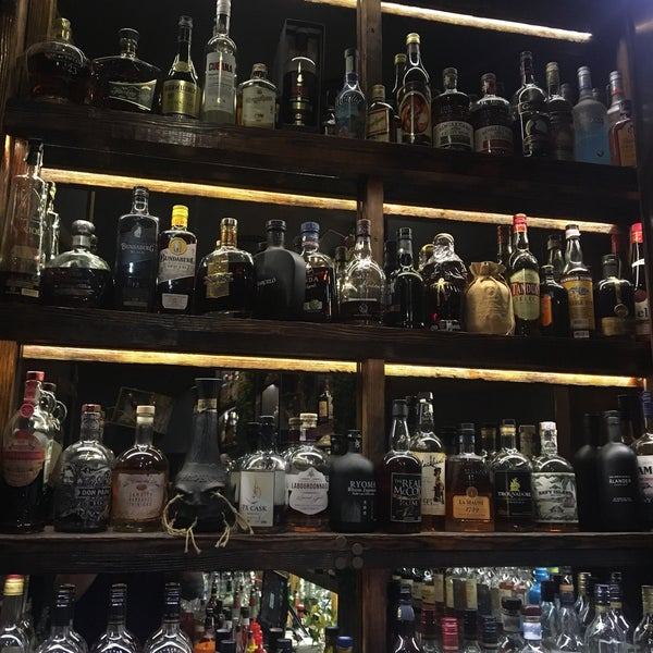 Бартендеры да-да, не бармены приготовят тот напиток, который, по их мнению, подходит посетителю, предпочтения и настроения учитываются.