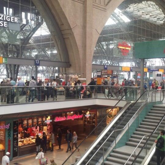 Das Foto wurde bei Promenaden Hauptbahnhof Leipzig von Abe T. am 7/27/2015 aufgenommen