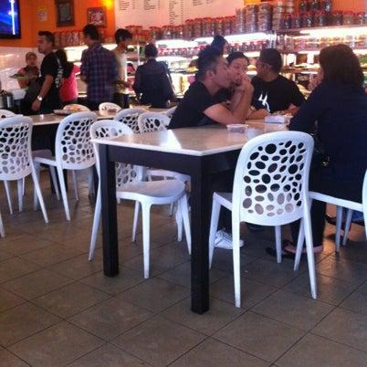 Photo taken at Restoran Sambal Hijau by Fadhilah Z. on 7/31/2012