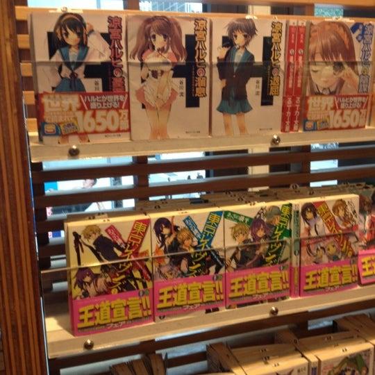 รูปภาพถ่ายที่ Kinokuniya Bookstore โดย Harley A. เมื่อ 5/30/2012