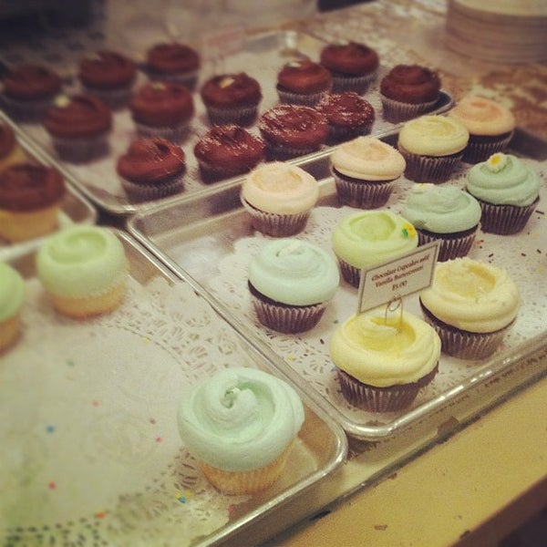 Photo taken at Magnolia Bakery by オリリ on 3/6/2012
