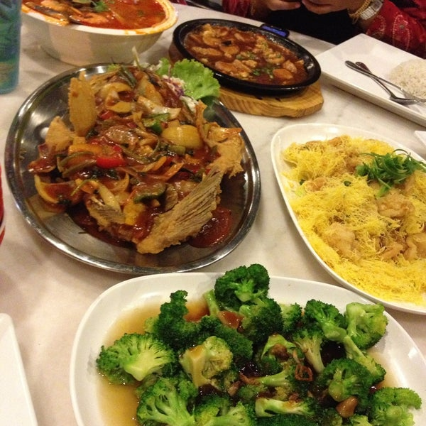 Photo taken at Red Wok Restaurant by natrah on 4/19/2013