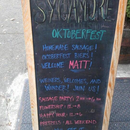 Das Foto wurde bei Sycamore Flower Shop + Bar von Meg N. am 10/27/2012 aufgenommen