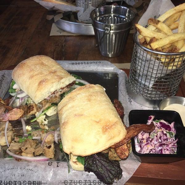 Foto tomada en La Maestranza Sandwich & Burger Bar por Mauricio M. el 1/16/2016