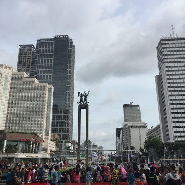 Photo taken at Bundaran Hotel Indonesia (Monumen Selamat Datang) by WuWu on 2/5/2017