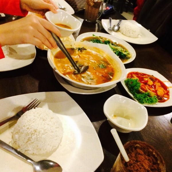 Photo taken at Malee Classic Seafood by sYaFaZnIe on 10/22/2015