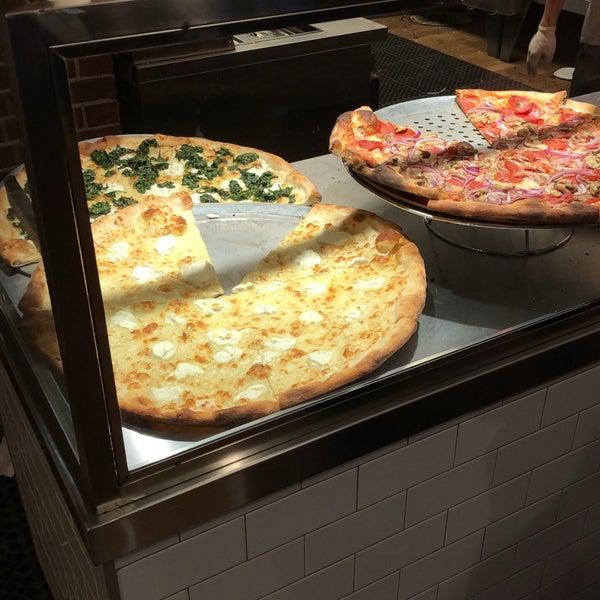 Foto tomada en Joe's Pizza por Leonardo F. el 4/20/2018