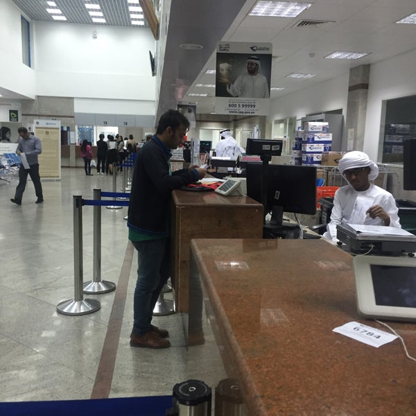 Photo taken at Emirates Post Office مكتب بريد الإمارات by Vikki💁🏻 on 12/28/2015