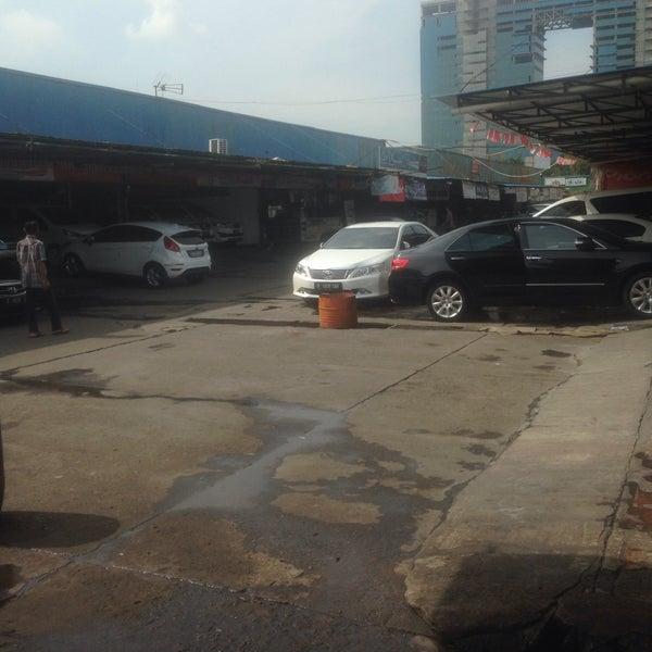 Photo taken at Pasar Mobil Kemayoran by Inno K. on 8/22/2016