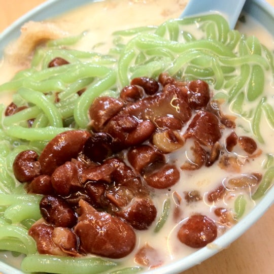 Photo taken at Penang Road Famous Teochew Chendul (Tan) by Alexis I. on 4/23/2012