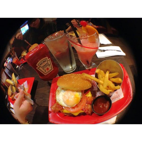 Photo taken at Red Robin Gourmet Burgers by Ayaka N. on 4/23/2016
