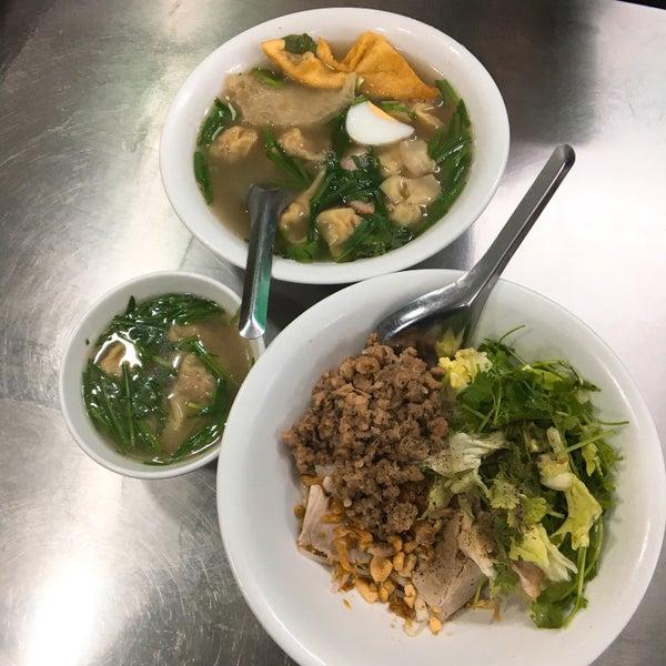 Photo taken at Mì Vằn Thắn Đinh Liệt by Bunnii S. on 2/22/2018
