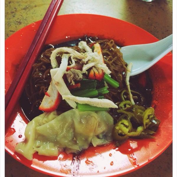 黑黝黝雲吞麵...delicious...famous food in Chowrasta market