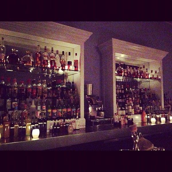 Foto scattata a The Violet Hour da Suzanne E. il 12/12/2012