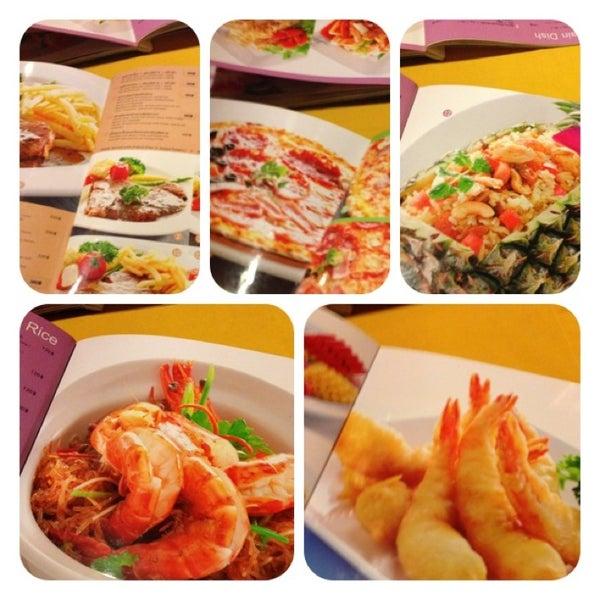 Снимок сделан в Tanta's Thai Restaurant пользователем Rattanapong T. 12/22/2012