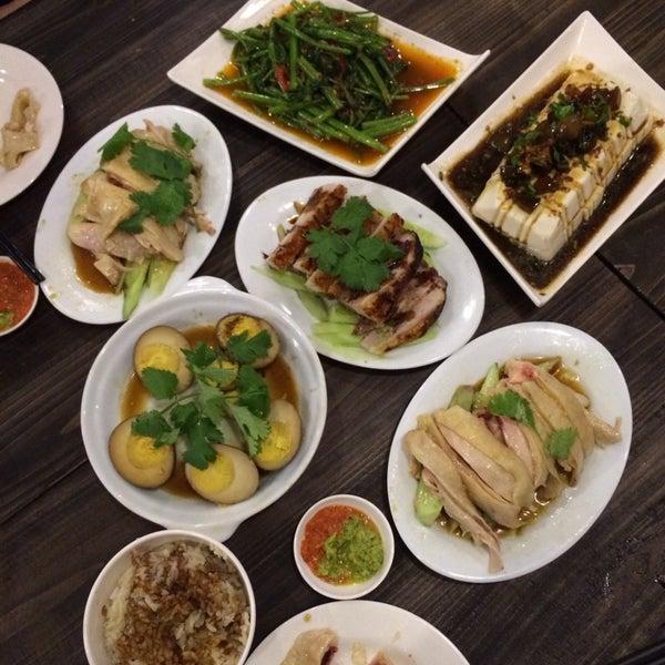 Photo taken at 五星海南鸡饭 | Five Star Hainanese Chicken Rice by Christina L. on 5/10/2014