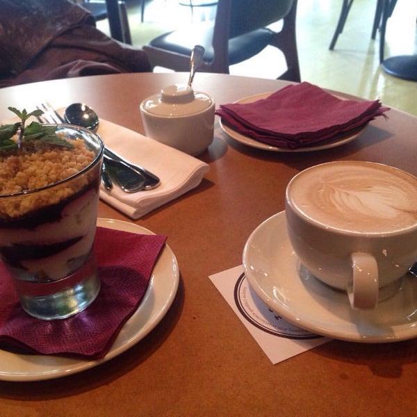 Интерьер , обстановка - супер! Зашла в обеденное время,не хотелось, чтобы было людно! Было идеально! Кофе и сметанник - лучшее , что могло дополнить моё настроение! Вернусь опробовать основное меню✌🏼