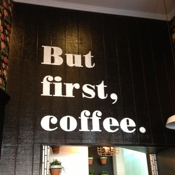Photo prise au Alfred Coffee & Kitchen par Mike R. le2/17/2013