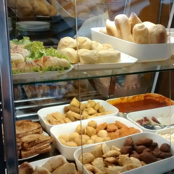 Café da manhã delicioso, tudo muito bom no buffet.