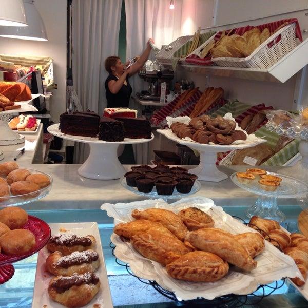 Foto tomada en Maria's Bakery por Yessely L. el 2/2/2014