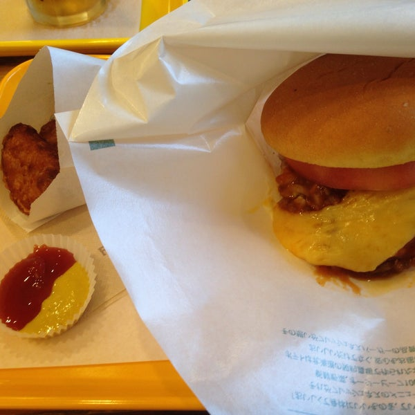 Photo taken at Freshness Burger by 井手 彩. on 9/15/2015
