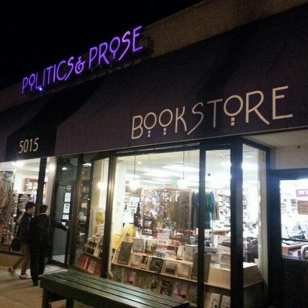 Foto tirada no(a) Politics & Prose Bookstore por JR R. em 4/3/2014