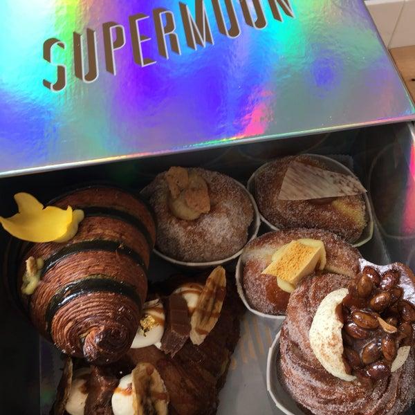 Das Foto wurde bei Supermoon Bakehouse von Allie K. am 11/19/2017 aufgenommen
