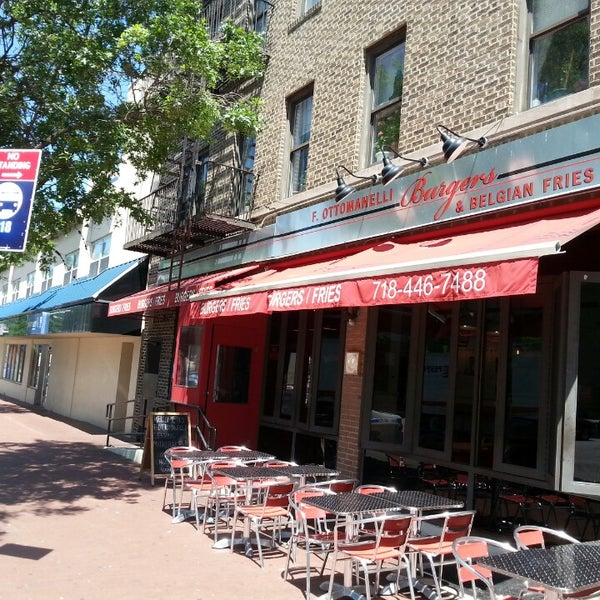 Foto tomada en F. Ottomanelli Burgers and Belgian Fries por Kris R. el 5/29/2014