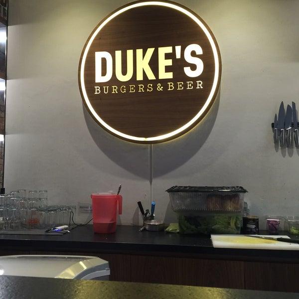 Foto tomada en Duke's Burgers & Beer por Kristian C. el 5/21/2016