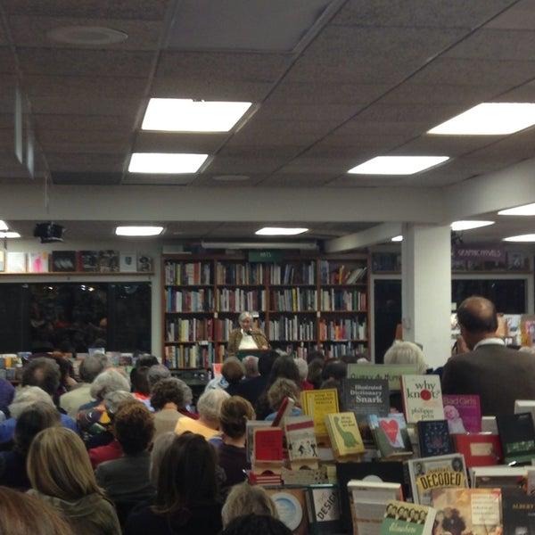 Foto tirada no(a) Politics & Prose Bookstore por Nicole A. em 10/18/2013