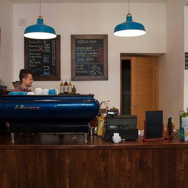 Jedna z nejlepších káv v Praze. Ručně vyráběné pečivo a koláče. Tak vypadá ráj na zemi :-) :-) :-) Stojí za to se tu zastavit!!!!