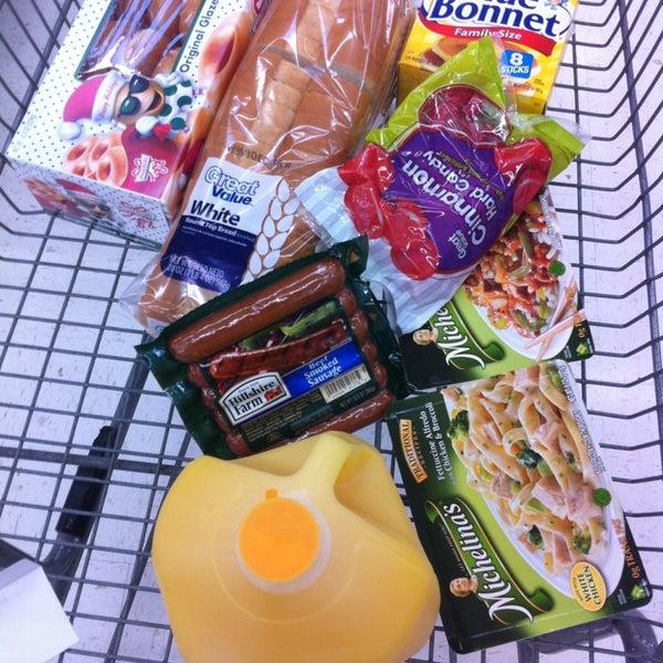 Das Foto wurde bei Walmart von TWELVE AND TWO C. am 12/22/2012 aufgenommen